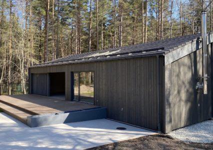 Tehasemaja ja terrass Eesti Vabaõhumuuseumis kruvivaiadel